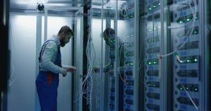Técnico masculino que trabalha em um centro de dados filme