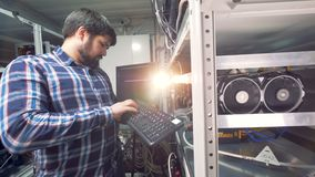 Técnico masculino Working da TI na fábrica da mineração do cryptocurrence filme