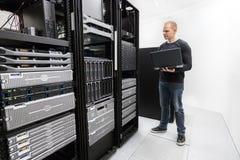 Técnico monitora o centro de dados Imagem de Stock Royalty Free