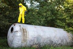 Técnico que examina el tanque inoxidable grande abierto foto de archivo libre de regalías