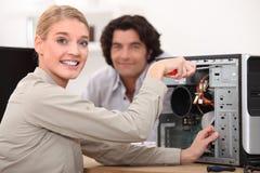 Técnico que fija un ordenador Foto de archivo libre de regalías