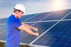 Técnico que mantem os painéis solares Imagens de Stock