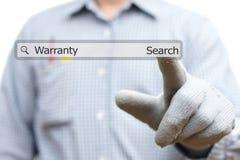 Técnico que presiona palabra de la garantía en barra de la búsqueda Foto de archivo libre de regalías