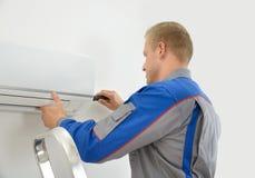 Técnico que repara o condicionador de ar Foto de Stock Royalty Free