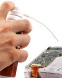 Técnico que sostiene un rectángulo del aerosol Imagen de archivo libre de regalías