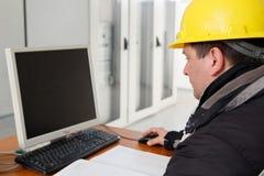 Técnico que trabaja en el ordenador en Control-C de la central eléctrica Fotografía de archivo
