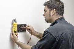 Técnico que trabaja en un termóstato Imágenes de archivo libres de regalías