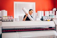 Técnico que trabalha na máquina do plotador e do cortador em imprimir o CEN fotos de stock