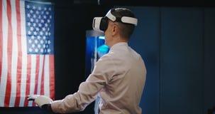 Técnico que usa guantes de las auriculares y del exoesqueleto de VR
