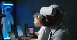 Técnico que usa las auriculares de VR