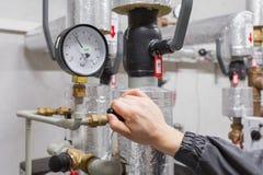 Técnico que verifica a pressão de água foto de stock
