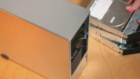 Técnico Removes Hard Drives da TI da disposição externo do RAID vídeos de arquivo