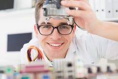 Técnico sonriente que trabaja en la CPU quebrada Imagen de archivo