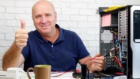 Técnico Specialist en trabajo de mantenimiento del ordenador y pulgares encima de la sonrisa almacen de video