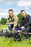 Técnicos com portátil e tabuleta de Digitas pelo UAV imagem de stock