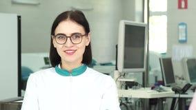 Técnicos de laboratório fêmeas bonitos que sorriem à câmera vídeos de arquivo