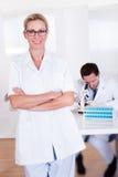 Técnicos de laboratorio en el trabajo en un laboratorio Imagen de archivo libre de regalías