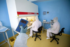 Técnicos de laboratorio que realizan exámenes médicos Fotos de archivo libres de regalías