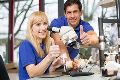 Técnicos dentais que mostram os polegares acima Fotos de Stock Royalty Free