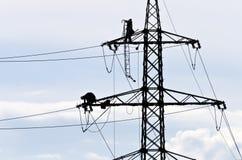 Técnicos em um pilão #3 da eletricidade Fotos de Stock Royalty Free