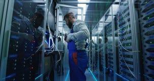 Técnicos masculinos que trabalham em um centro de dados video estoque