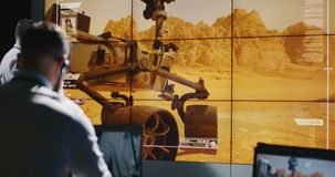 Técnicos overviewing el aterrizaje de Marte