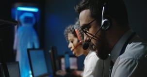 Técnicos que trabajan en sus escritorios