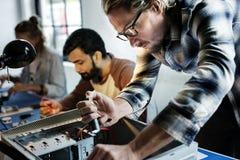 Técnicos que trabalham nas peças da eletrônica do computador imagens de stock royalty free