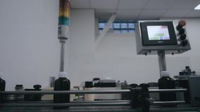 Técnicos que trabalham no producti farmacêutico Linha de enchimento do xarope vídeos de arquivo