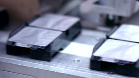 Técnicos que trabalham no producti farmacêutico Pacote da droga na linha de empacotamento farmacêutico video estoque