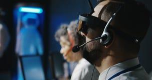 Técnicos que usan las auriculares de VR