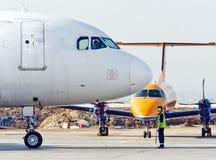 Técnicos que verificam o motor de jato do avião civil Rússia, Yekaterinburg 25 de julho 2013 Fotos de Stock Royalty Free