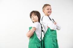 Técnicos satisfeitos que vestem combinações verdes Imagens de Stock