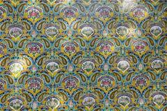 TÉHÉRAN, IRAN - 5 OCTOBRE 2016 : Vieux mur de mosaïque dans la PA de Golestan photo libre de droits