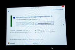 Téléchargez et améliorez le dernier bouton sur l'écran de Microsoft Windows Images stock
