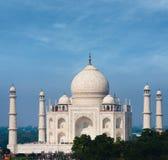 Téléobjectif de ciel bleu de Taj Mahal Far White Marble Image libre de droits