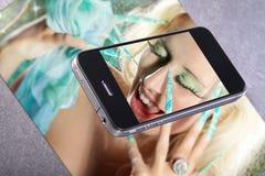 Téléphone étroit avec le modèle de femmes Photographie stock