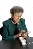 Téléphone aîné de femme Photographie stock libre de droits
