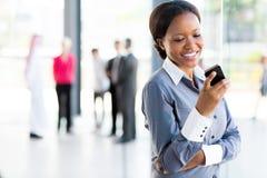 Téléphone africain de femme de carrière Photos libres de droits