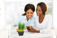 Téléphone africain de fille de mère Photographie stock libre de droits