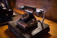 Téléphone antique dans la faible lumière image stock