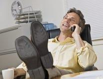 téléphone attrayant d'homme d'affaires Photos libres de droits