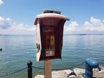 Téléphone au bord de la mer photos stock