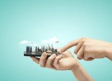 Téléphone avec la ville modèle photo stock