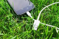 Téléphone avec le câble d'USB Photographie stock