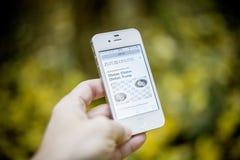 Téléphone avec le journal Photo libre de droits