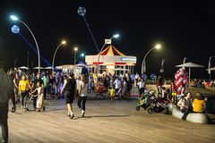 Téléphone Aviv Boardwalk et carrousel la nuit 2 photos stock
