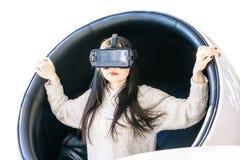Téléphone blanc de visage de fille de réflexion de fond blanc de la brune VR de casque de réalité virtuelle de femme photo libre de droits
