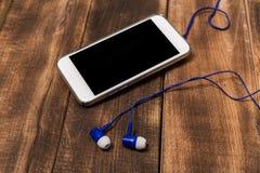 Téléphone blanc sur l'espace vide en bois image libre de droits