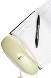 Téléphone, calendrier et crayon lecteur Photo stock